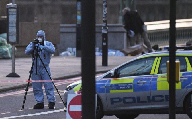 La policía científica recoge evidencias en el lugar del ataque...