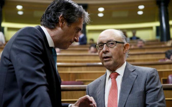 El ministro de Hacienda, Cristóbal Montoro (d),, y el de Fomento,...