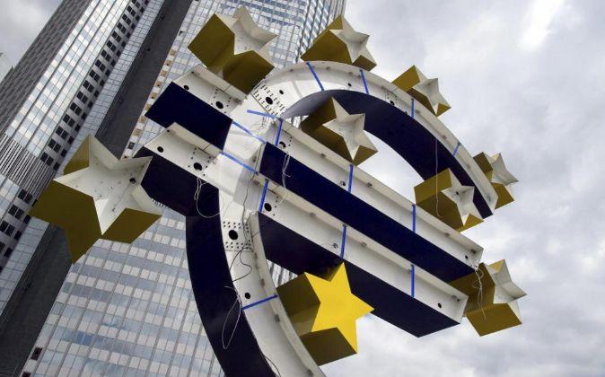Vista de la escultura del euro durante su proceso de renovación...