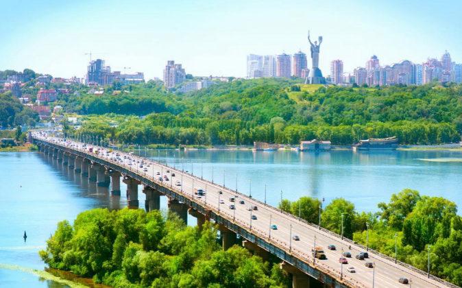 Fotografía de archivo de uno de los puentes de acceso a Kiev.