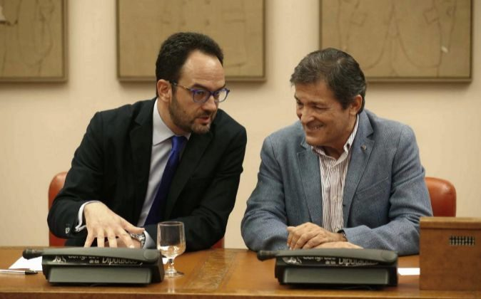 El presidente de la gestora del PSOE, Javier Fernández (d), conversa...