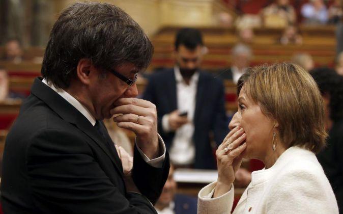 El presidente de la Generalitat, Carles Puigdemont, conversa con la...