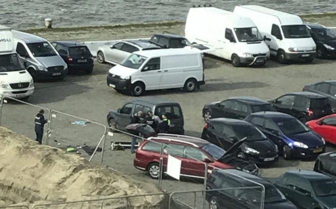 Agentes de policía belgas investigan un vehículo en un parking de...