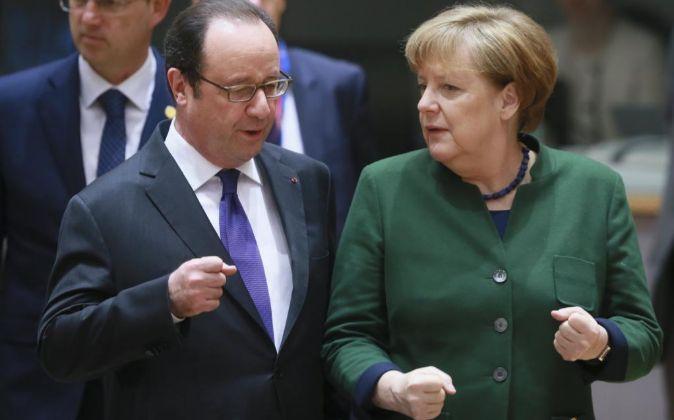 El presidente de Francia, François Hollande, junto a la canciller...