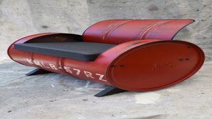 En el bidón de gasolina reutilizado se ha incorporado un asiento.