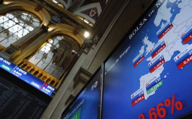 Panel informativo de la Bolsa de Madrid, que muestra el valor de la...