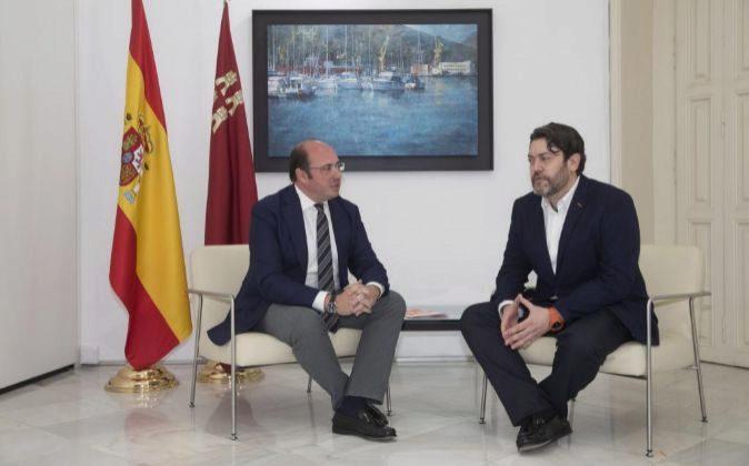 El presidente de la Región de Murcia, Pedro Antonio Sánchez (i)...