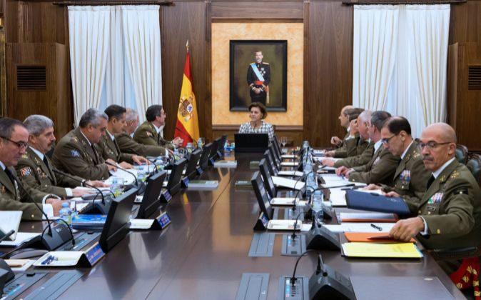 La ministra de Defensa, María Dolores de Cospedal, y Fernando...