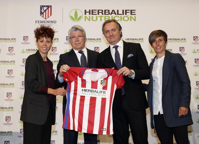 De izquierda a derecha: Amanda Sampedro, capitana del Atlético de...