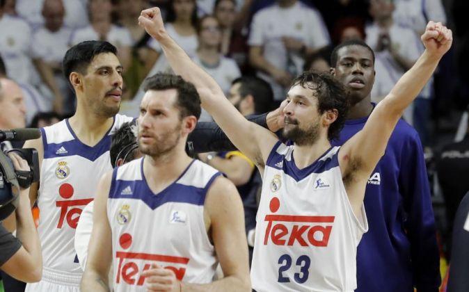 El base del Real Madrid, Sergio Llull (d), junto a sus compañeros,...