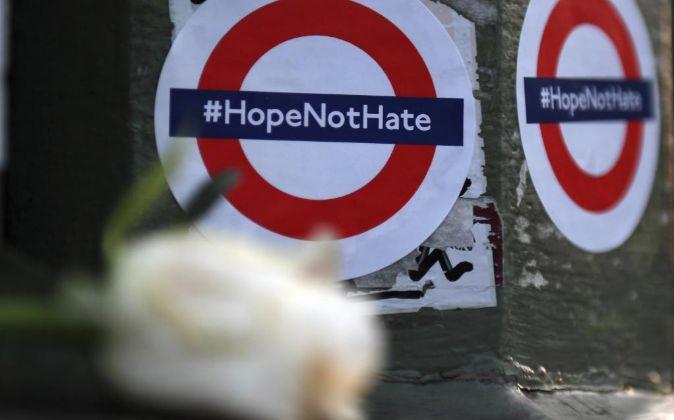 Flores y mensajes en el puente de Westminster, donde se produjo el...