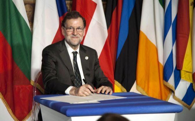 El presidente del Gobierno español, Mariano Rajoy, firma la...