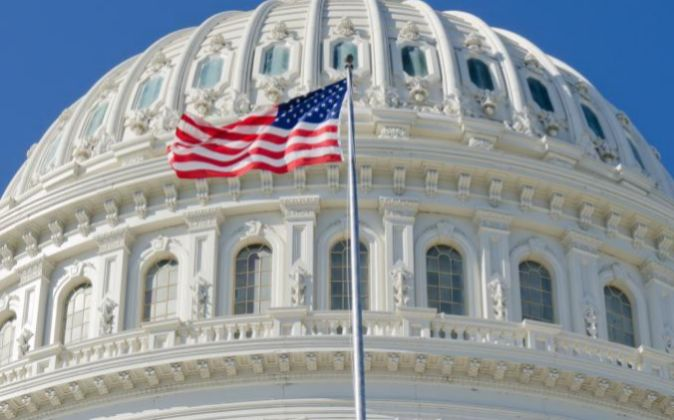 Bandera de EEUU en el edificio del Capitolio.