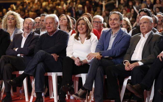 La presidenta de la Junta de Andalucía, Susana Díaz (3d), los...