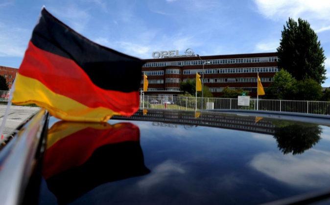 Una bandera alemana ondea sobre un coche en una de las plantas de Opel...