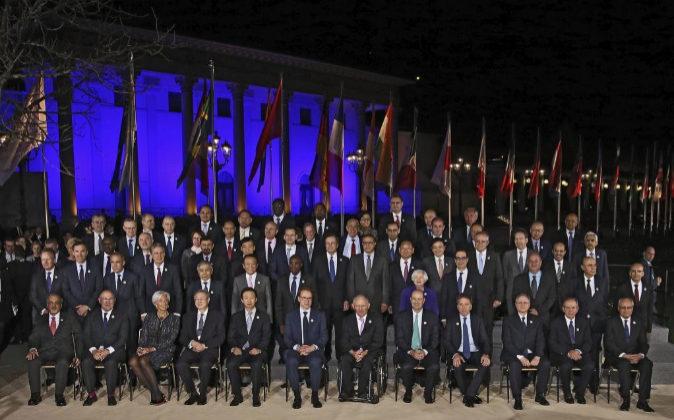 Foto de familia de los miembros en la última  reunión de ministros...