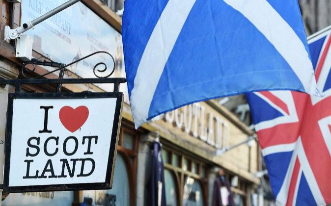 Vista de la bandera de Escocia sobre un cartel en el que se lee...