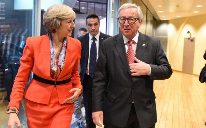 La primera ministra de Reino Unido, Theresa May, junto al presidente...