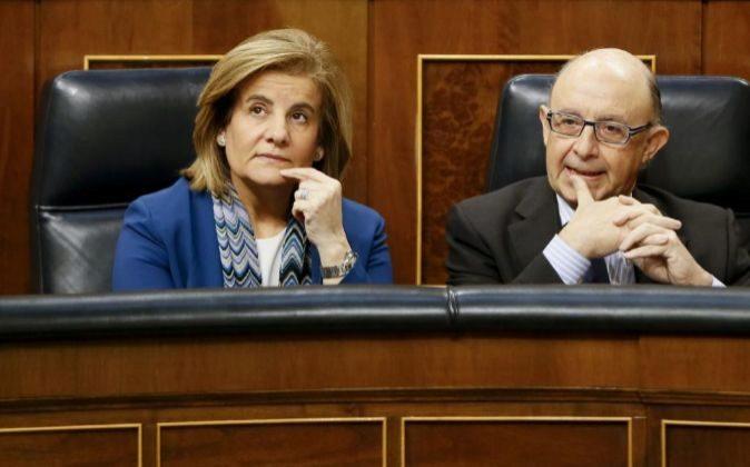 La ministra de Empleo, Fátima Báñez, y el ministro de Hacienda,...