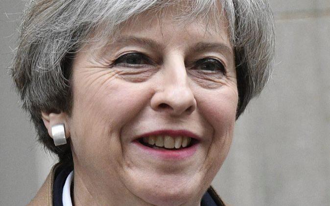 La primera ministra británica, Theresa May, sonríe a su salida del...