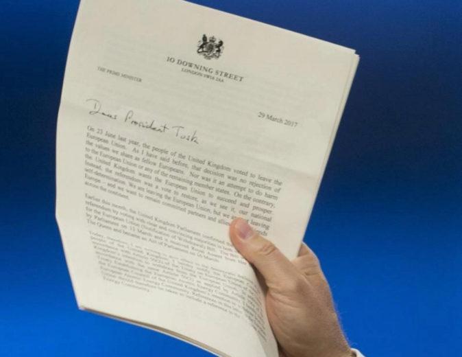 El presidente del Consejo Europeo, Donald Tusk, muestra la carta que...