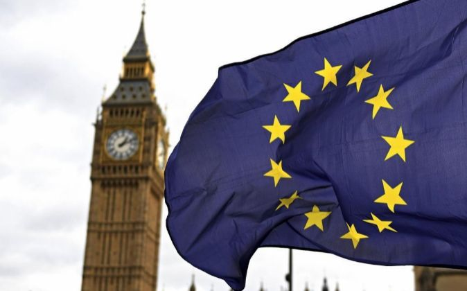 Una bandera de la Unión Europea frente al edificio del parlamento...