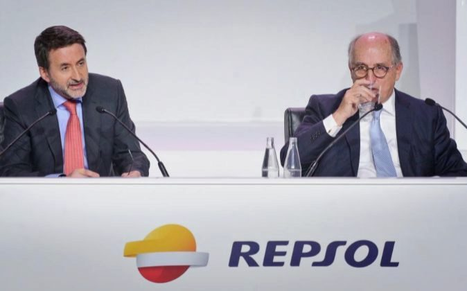 El consejero delegado de Repsol, Josu Jon Imaz, y el presidente...