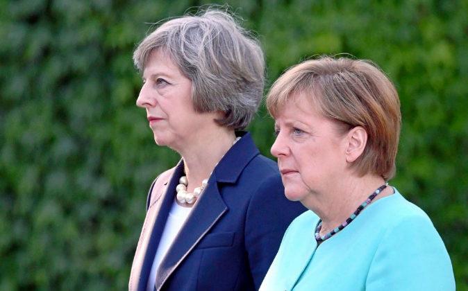 La primera ministra británica Theresa May, junto a la canciller...