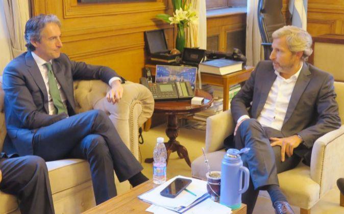 El ministro de Fomento español Iñigo De la Serna (i) habla con el...