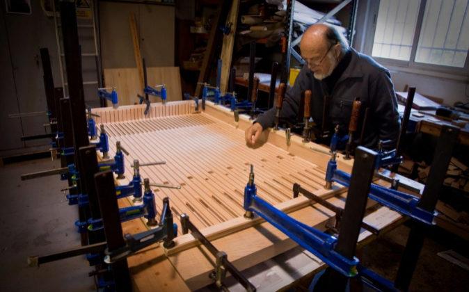 Gerhard Grenzing, afinando uno de los instrumentos