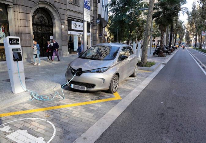 Un cargador de coche eléctrico en la diagonal de Barcelona.