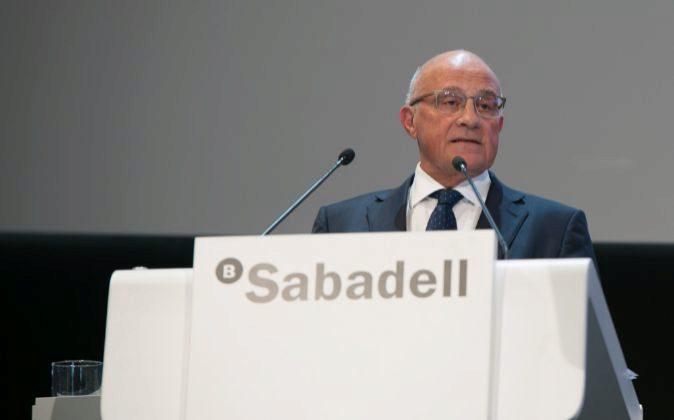 El presidente de Sabadell, Josep Oliu, en un momento de la junta de...