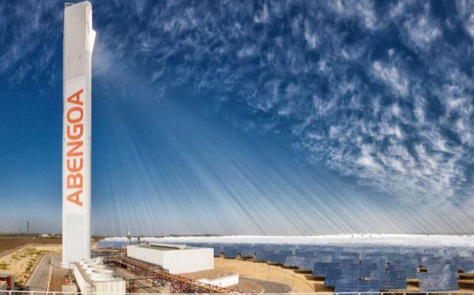 Paneles solares de la central termosolar de Abengoa en Sanlucar La...