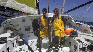 Jean Le Cam y Bernard Stamm, con la baliza Argo a bordo del Cheminées...