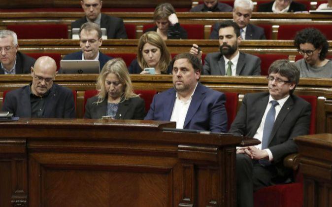 El presidente de la Generalitat, Carles Puigdemont (d); el...