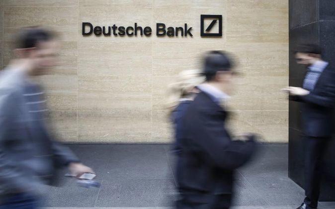 PEATONES PASAN DELANTE DE LAS OFICINAS DE DEUTSCHE BANK EN LONDRES,...