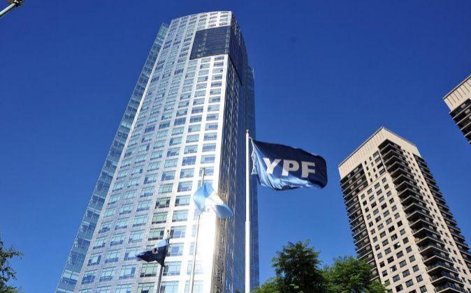 Fotografía de archivo del edificio de la petrolera YPF en Buenos...