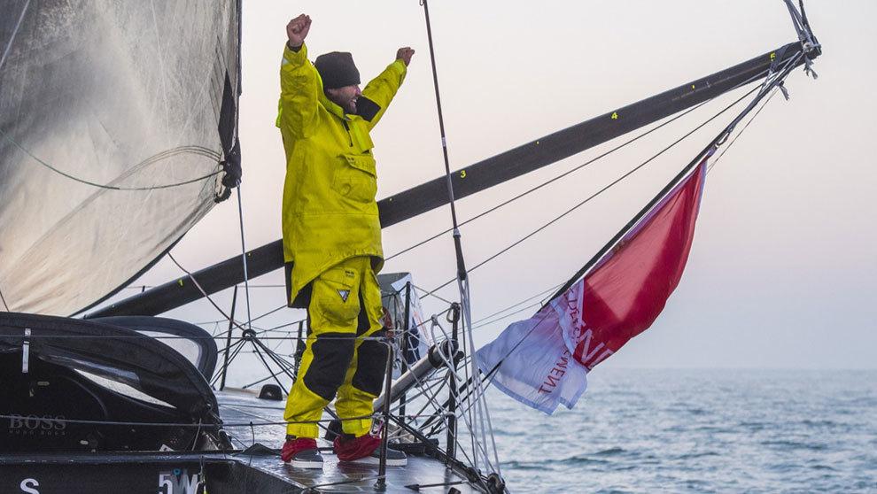 Alex Thomson, tars cruzar la línea de meta | Vincent Curutchet / DPPI