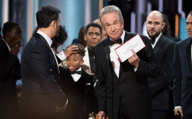 El sobre de la discordia en la pasada gala de los Oscar.