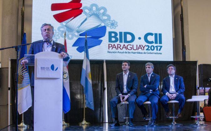 El gobernador de Mendoza, Alfredo Cornejo (i), acompañado del...