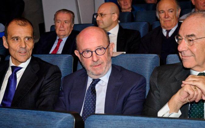 Emilio Saracho (centro), presidente de Popular.