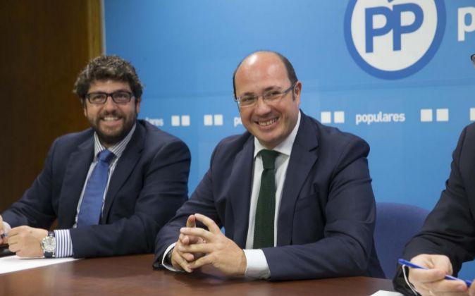 El presidente de la Región de Murcia, Pedro Antonio Sánchez (d),...