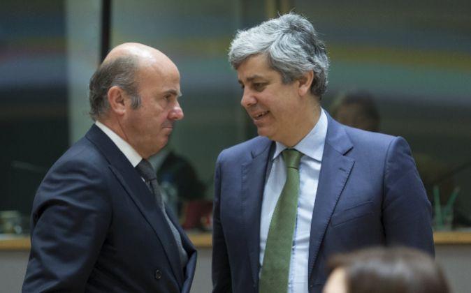 El ministro español de Economía, Luis de Guindos, conversa con el...