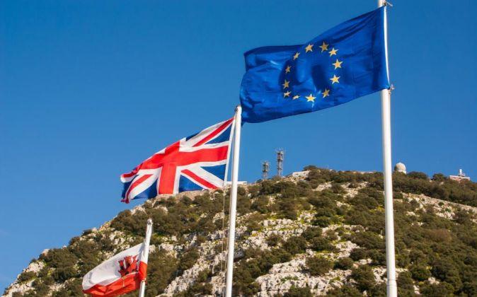 Banderas de Gibraltar, Reino Unido y la Unión Europea frente al...