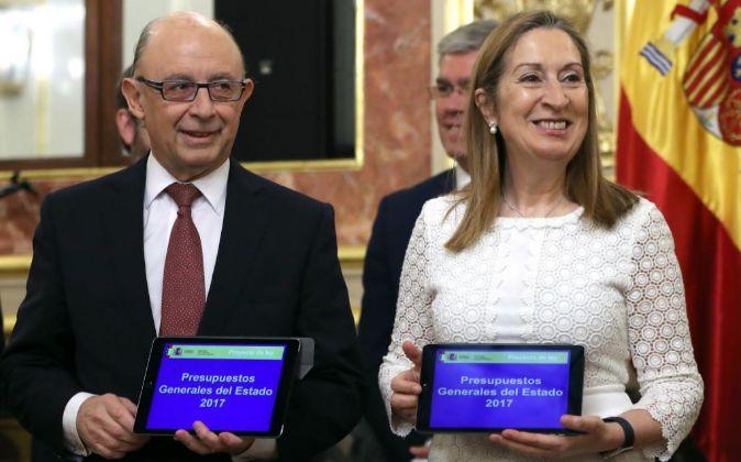 El ministro de Hacienda, Cristóbal Montoro, ha entregado hoy a la...