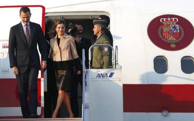 El Rey Felipe VI y la Reina Letizia a su llegada al aeropuerto de...