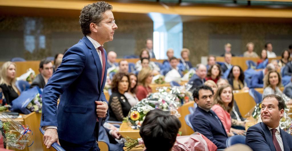 El ministro de Finanzas, Jeroen Dijsselbloem (i), jura su cargo tras...