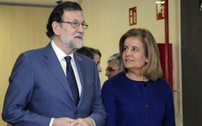 El presidente del Gobierno, Mariano Rajoy, y la ministra de Empleo y...
