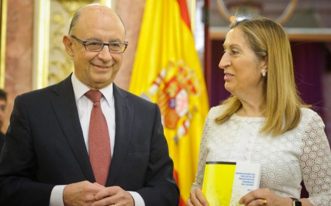 El ministro de Hacienda, Cristóbal Montoro y la presidenta del...