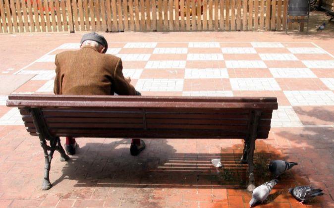 Anciano en un banco del parque.